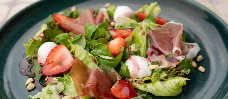 Fitness-Salat mit frischen Erdbeeren